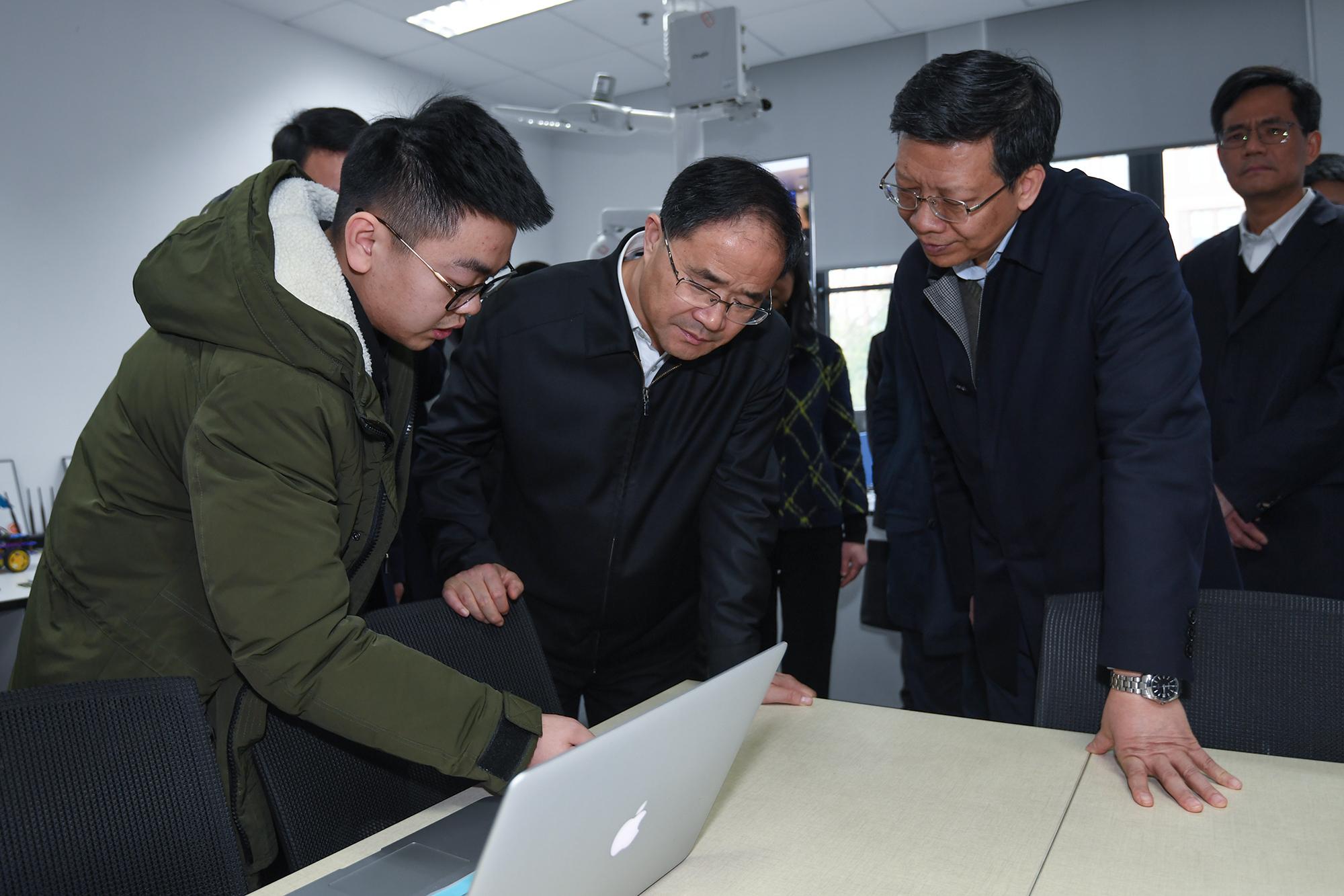 考察省网络空间安全创新研究中心.jpg