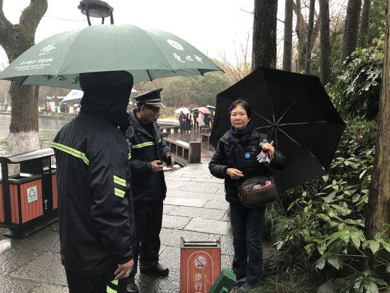 """香港游客雨天走散 杭州西湖""""城管""""联动1小时寻回"""